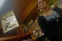 Vpříjemných prostorách Zahradní kavárny Trees vČerveném Kostelci lze do 15. února 2020 vidět pozoruhodnou výstavu prací hronovské malířky Hany Rummelové, která od roku 2015 tvoří pod pseudonymem Mogedyby Woa.