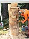 V sobotu a v neděli se nad dobrošovskou pevností vznášel zvuk motorových pil. Během řezbářského sympozia se zde z dubových špalků rodily sochy nadpřirozených postav.