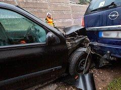 Dopravní nehoda dvou osobních automobilů v Náchodě - Bražci.