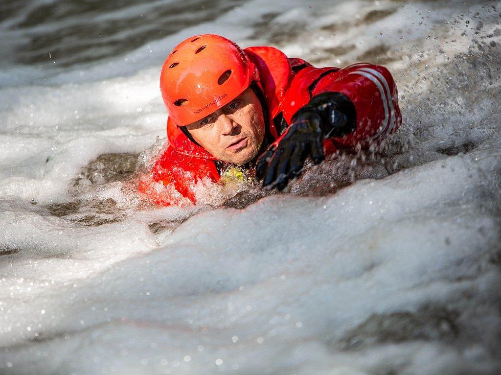 Na 30 profesionálních hasičů z Královéhradeckého kraje společně s profesionálními hasiči z Polska se zůčastilo třídenního kurzu záchrany z vodní hladiny.