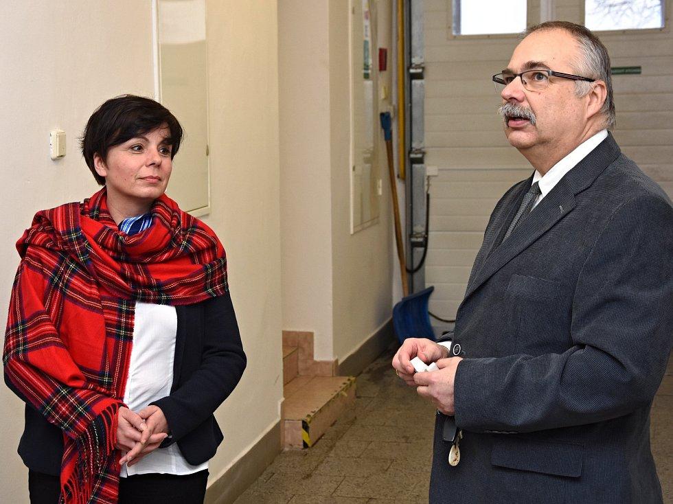 Učebny v Hronově prošly rekonstrukcí – hotový projekt si prohlédla náměstkyně Martina Berdychová (vpravo ředitel školy Josef Matyáš).