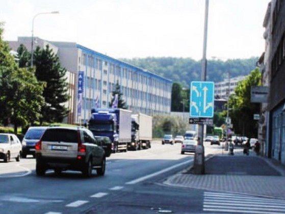 PROVOZ HOUSTNE. Blíží se konec prázdnin a dopravní situace v Náchodě se začíná komplikovat. Takto to vypadalo v pátek 19. srpna odpoledne kolem 15. hodiny na Pražské ulici.