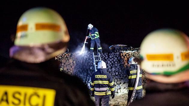 Hasiči v plném nasazení uprostřed noci. Hořelo dřevo