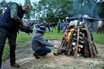 Ohně proti vlkům hořeli napříč Evropou a jedna z nich vzplála opět ve Vernéřovicích na Broumovsku, odkud stále silněji zní, že striktní ochrana vlka je nesmyslná.