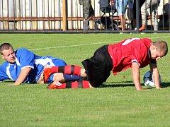 KOSTELEČTÍ fotbalisté nedostali v derby s Velkým Poříčím ani centimetr zadarmo. Na snímku poříčský Novák (vlevo) zastavuje kosteleckého Martínka.
