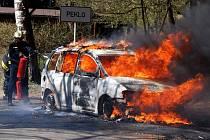 Požár automobilu v Pekelském údolí.