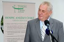 Na první návštěvu Královéhradeckého kraje ve funkci prezidenta přijel Miloš Zeman vloni v červenci. Zamířil do Hospice Anežky České v Červeném Kostelci.