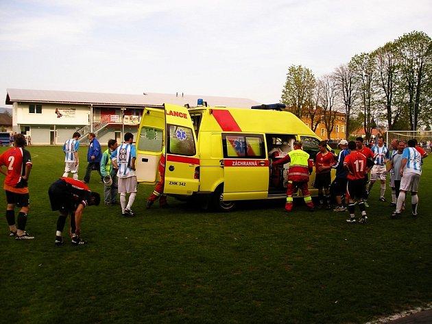 Nezaviněná srážka ve vzduchu, , při které se srazili  broumovský Martin Štejnar a náchodský Tomáš Martínek si vyžádala příjezd záchranky přímo na hrací plochu. Oba aktéři nešťastného střetu skončili v broumovské nemocnici.