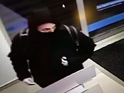Muž v kapuci chtěl vyloupit bankomat. Poznáte ho?