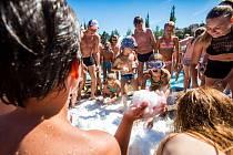 Jiráskovo koupaliště v Náchodě uspořádalo letní koulovačku. Návštěvníci se mohli ochladit sněhem dovezeným z ledu zimního stadionu.