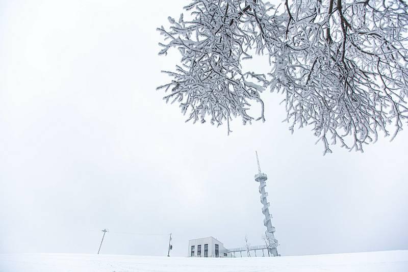 Nová rozhledna na Novém Hrádku se těší velkému zájmu. Z bývalé větrné elektrárny tam vznikla futuristická rozgledna