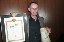 Ředitel pivovaru Primátor Josef Hlavatý s certifikátem, jenž potvrzuje, že Zlatou pivní pečeť v Táboře získal v kategorii tmavých ležáků  Primátor Premium dark.