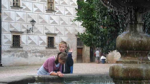 Turisté na náchodském zámku.