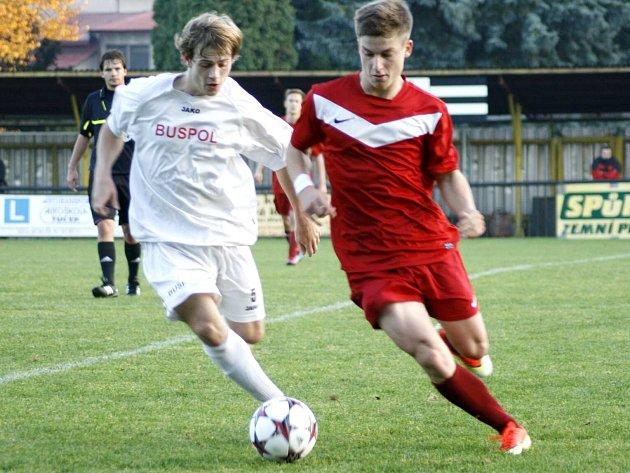 FOTBALISTÉ Jaroměře (v červeném) si z Červeného Kostelce odvážejí tři body za vítězství 1:0.