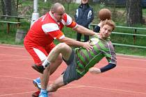 NÁRODNÍ házenkáři Krčína (u míče) i jejich oddílové kolegyně zakončí základní část domácími zápasy.