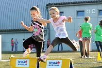Tisícovka předškoláků a školáků z prvních stupňů základních škol Náchodska sportovala na druhém ročníku Atletiky pro děti.