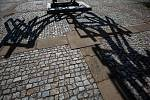 Sculpture line - mezinárodní sochařdký festival na náměstí v Broumově. Levitující postava sochaře Jakuba Flejšara a dílo Archimedon Lukáše Raise.