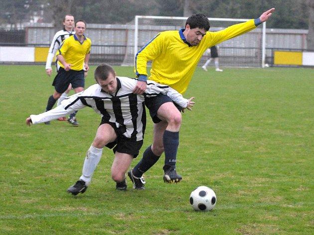 Bod za remízu 1:1 uhráli ve středu v domácím prostředí fotbalisté Červeného Kostelce (v pruhovaném) v utkání s Roudnicí.