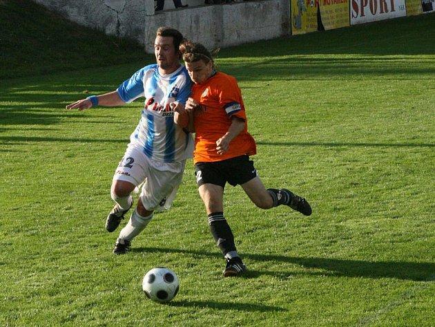 Podzimní vzájemné utkání Police nad Metují s Broumovem (v pruhovaném) skončilo vítězstvím Police.