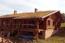 Rodinný dům ve srubovém stylu, který už pátým rokem buduje ve Slavném u Police nad Metují stavebník Leoš Mallat, nemá stále potřebná povolení.