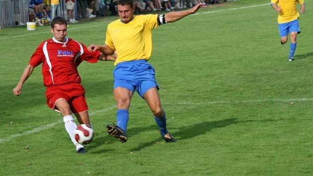 Druhé mistrovské kolo čeká o tomto víkendu fotbalisty v krajském přeboru i v I. B třídě. Fotbalisté Jaroměře (vlevo) v něm budou chtít určitě navázat na povedený vstup do soutěže.