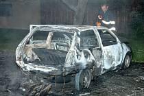 Z auta na parkovišti ve Dvorské ulici zbyl jen ohořelý vrak.