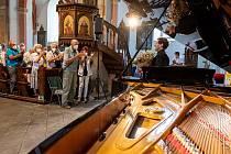 """Giltburgovo provedení děl Sergeje Rachmaninova a klavírní sonáty """"Hammerklavier"""" Ludwiga van Beethovena si přišlo vyslechnout 196 návštěvníků, kteří na dobrovolném vstupném přispěli částkou 18 285 Kč."""