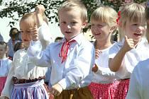 VERNISÁŽ se konala ve čtvrtek a obohatilo ji vystoupení dětí z červenokosteleckého souboru Hadářek.
