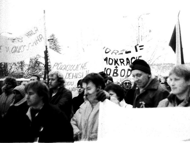 Listopadové události roku 1989 na náměstí v České Skalici.