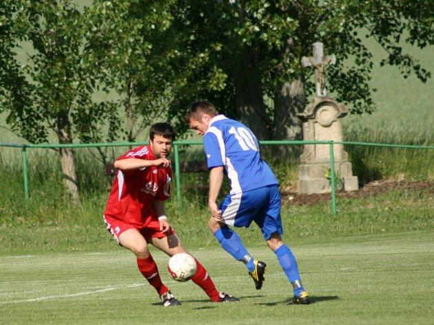 GÓLEM ZE ČTVRTÉ minuty nastavení prohráli fotbalisté Provodova (v modrém) nedělní zápas s Častolovicemi.