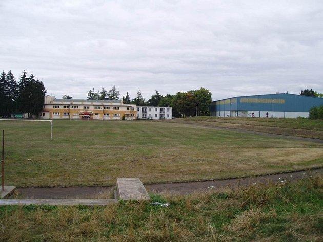 Staré hřiště v Jaroměři by mělo být brzy minulostí. Na jeho místě vyroste už za rok zbrusu nový sportovní areál.
