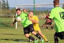 ČESKOSKALICKÝ kanonýr Jan Valeš (u míče) se sice v sobotu na Mezilesí trefil, svým gólem však už jen mírnil porážku svého týmu.
