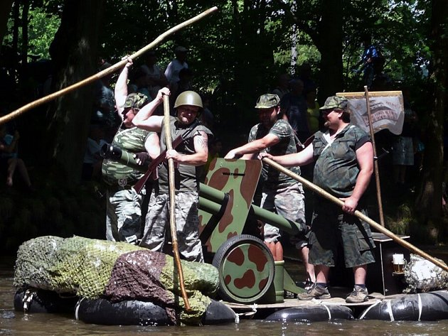 Patnáct vyšperkovaných plavidel brázdilo řeku Úpu při jednatřicátém ročníku recesistického Úpění.