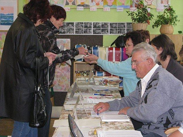 První voliči v Náchodě - Plhově.