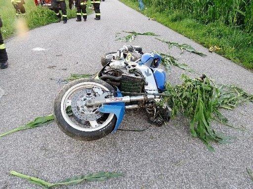 Nehoda motorkáře mezi Velkými Petrovicemi a Maršovem.