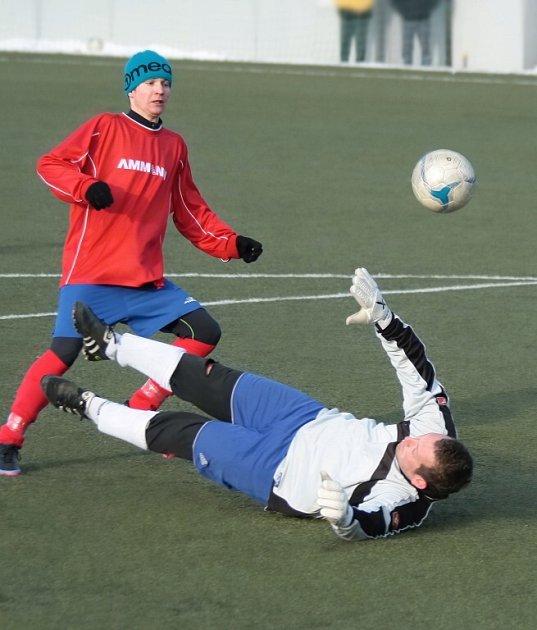 NOVOMĚSTSKÝ záložník Lelek posílá míč do sítě nad bezmocně ležícím brankářem Libáně.