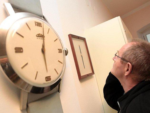Křest certifikátu o vytvoření rekordu. Libor Hovorka, sběratel náramkových hodinek Prim, nechal zapsat do české knihy rekordů největší a nejmenší fungující hodinky.