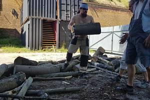 Metaloví fanoušci dávají ve volném čase do pořádku některé části pevnosti Josefov.