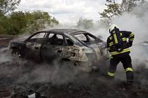 Auto hořelo na kupě, kde se pálilo o čarodějnicích.