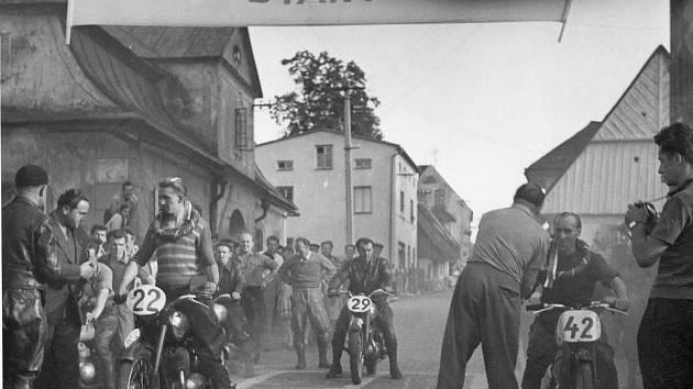 Fotodokumentace závodů pochází z archivu výjimečného a velice úspěšného regionálního jezdce Františka Kociána (1929 -1996)  z Bohdašína.