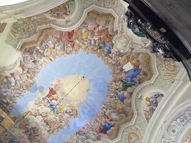 Kostel Všech svatých stojí na dominantním místě nad obcí Heřmánkovice a je jeden z nejkrásnějších barokních kostelů na Broumovsku.