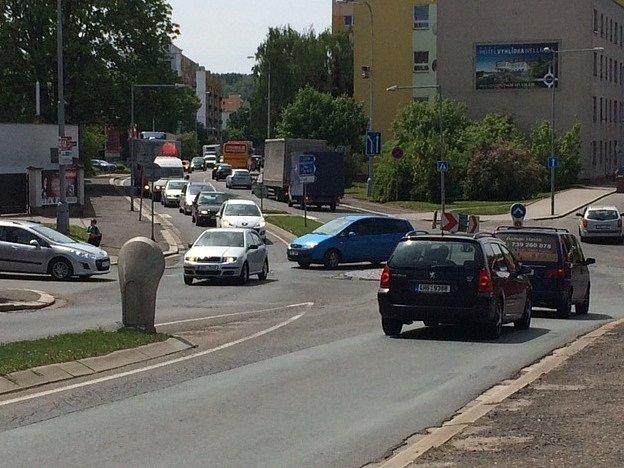 Opravy klíčové křižovatky v Náchodě u Slavie.