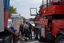 Návěs kamionu se pod tíhou nákladu zlomil v půli. Řidič směřující na Ukrajinu blokoval více než šest hodin mezinárodní silnici do Polska v Náchodě - Bělovsi.