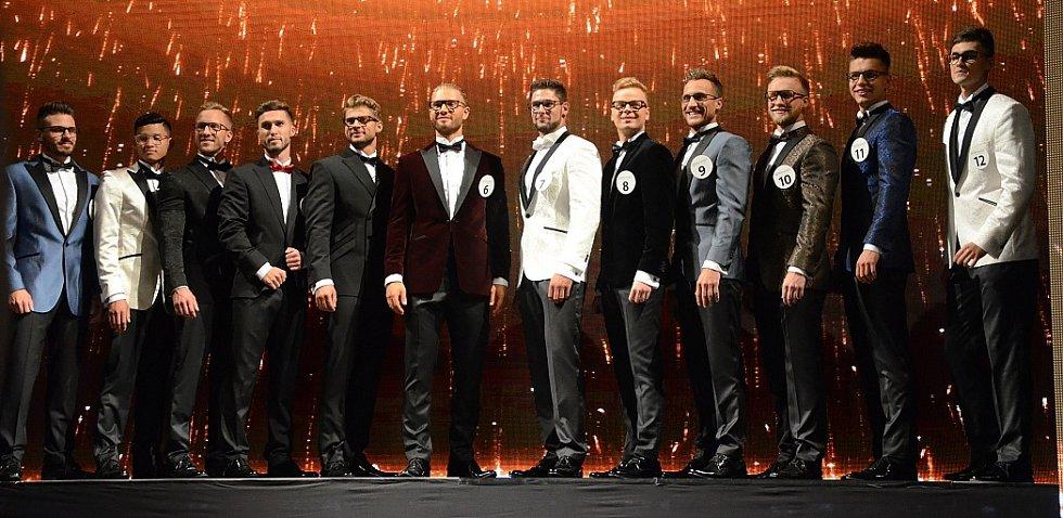 Všech dvanáct finalistů.