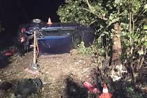 Havarovaný vůz dostali zpět na silnici hasiči.