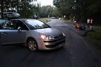 Motorkář nedostal přednost a po střetu s autem skončil na vozovce.