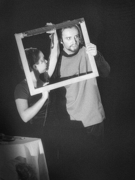 Divadelní soubor Dred z Náchoda na ilustračním snímku ve hře Dům lásky, postoupil na letošní Wolkerův Prostějov s inscenací  Krátký proces s Jelizavetou Bim Bam Bum, kterou s herci nastudoval režisér Štěpán Macura.