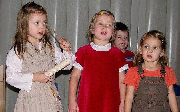 Předvánoční čas se nese v Mateřské škole v Polici nad Metují ve znamení vánočních besídek. Na fotografiích je zachycen průběh besídky ve třídě Zvonečků.