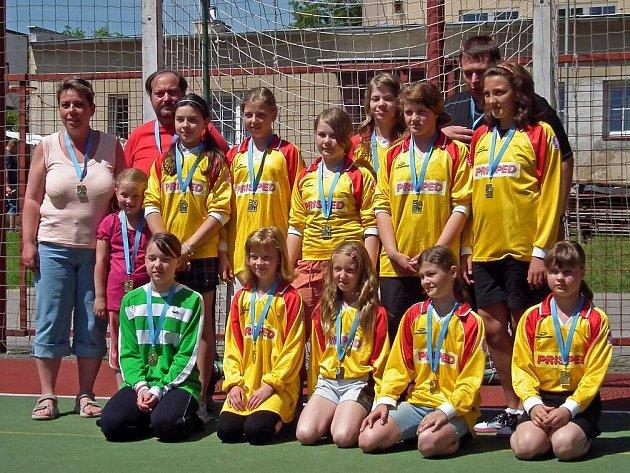 Se stříbrnými medailemi na krku se vrátily z mistrovství České republiky mladší žačky Krčína, které prohrály až poslední utkání turnaje.