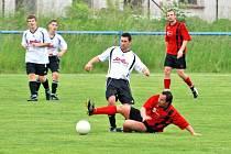 Fotbalisté Hronova (v červeném) doma přehráli Častolovice 2:1, sestup je ale už ani tak nemine.